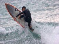 Alumno avanzado de surf en Barrika