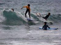 Clase de surf con varios alumnos
