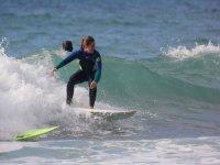 Haciendo surf en la costa vasca