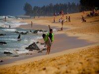Surfista caminando por la playa