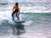 Surfista con neopreno naranja