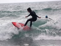 Surfista con tabla roja
