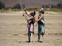 Instructor de kitesurf con alumna