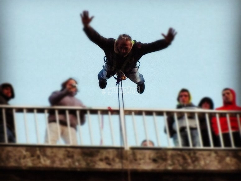 Saltando desde el puente