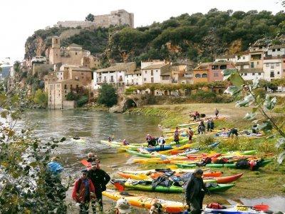 在埃布罗河口为儿童划皮划艇