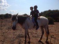 Niños sobre el caballo