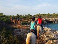 Excursión a caballo con amigos