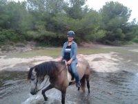 Pasando el río sobre el caballo