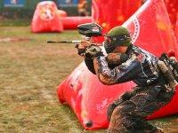 Disparando en el campo de speedball