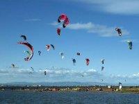 享受风筝冲浪追风筝的人