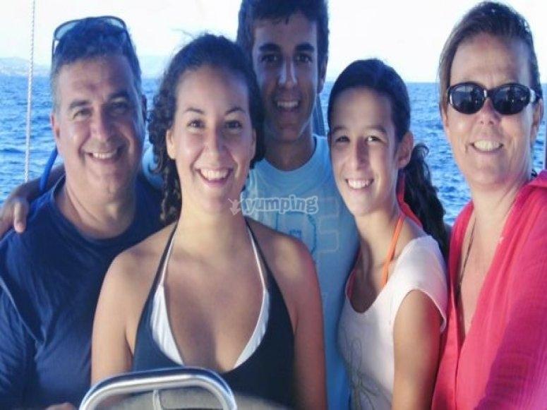 在船上的家庭。