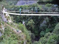 Salta dal ponte