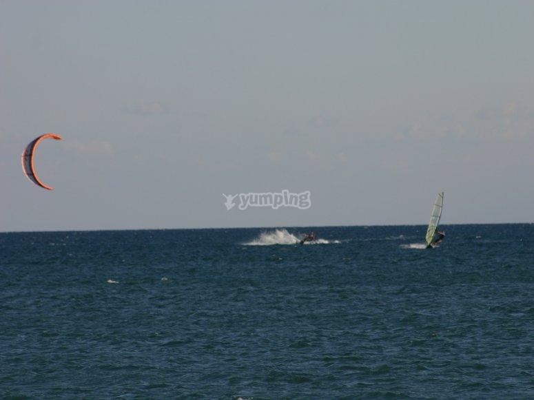 windsurf a lo lejos