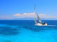 velero en mar azul