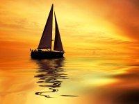 barco velero atardecer
