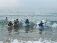 Alumnos practicando surf