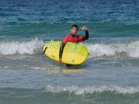 与黄色冲浪板冲浪学生表