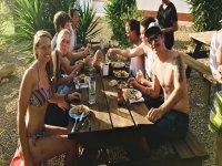 Surfistas comiendo en Conil