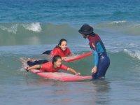 在水中向学生冲浪的说明