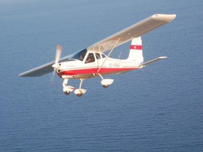 飞行飞机在L'Empordà布拉瓦海岸30分钟