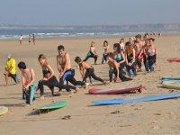 冲浪课期间的伸展运动