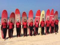 有冲浪板的学生站在科尼尔