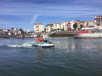 En moto de agua junto al puerto