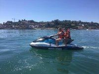 En pareja sobre una moto nautica