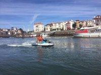 港口旁边的摩托艇