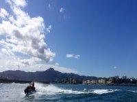 海滩前的摩托艇