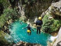 Impresionante salto al barranco