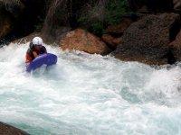 Atravesando aguas bravas en hidrospeed