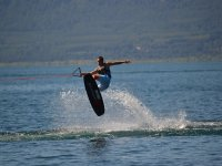 Salta sopra la tavola da wakeboard