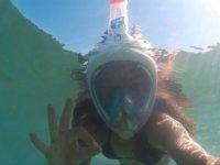 Salta in acqua per fare snorkeling