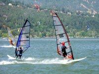 dos deportistas haciendo windsurf