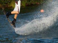Realizando trucos de wakeboard