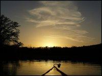 Atardecer navegando en una piragua
