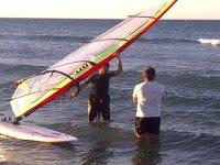 Con la vela de windsurf