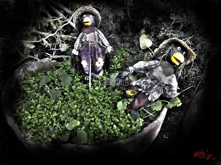 jardinera con sinuosos personajes