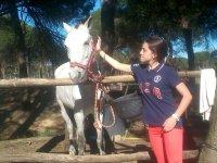 Acariciando al caballo color blanco
