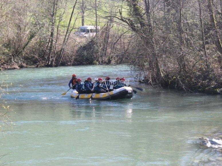 Grupo en la balsa de rafting