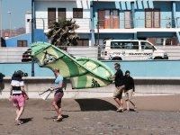 Trasladando el kite hasta la playa