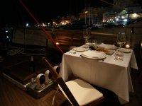 cena romántica en cubierta
