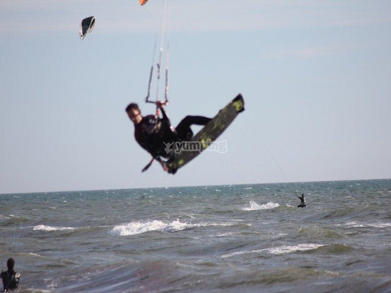Cogiendo olas en kitesurf