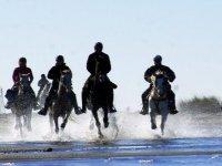 Jinetes cabalgando