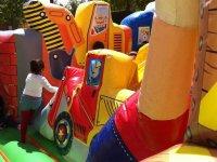 警察Peque乐趣玩的充气城堡爬上滑