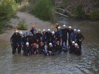 Grande gruppo che esegue canyoning