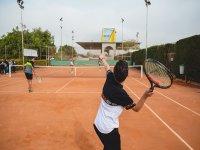 Jugando tenis en el campamento