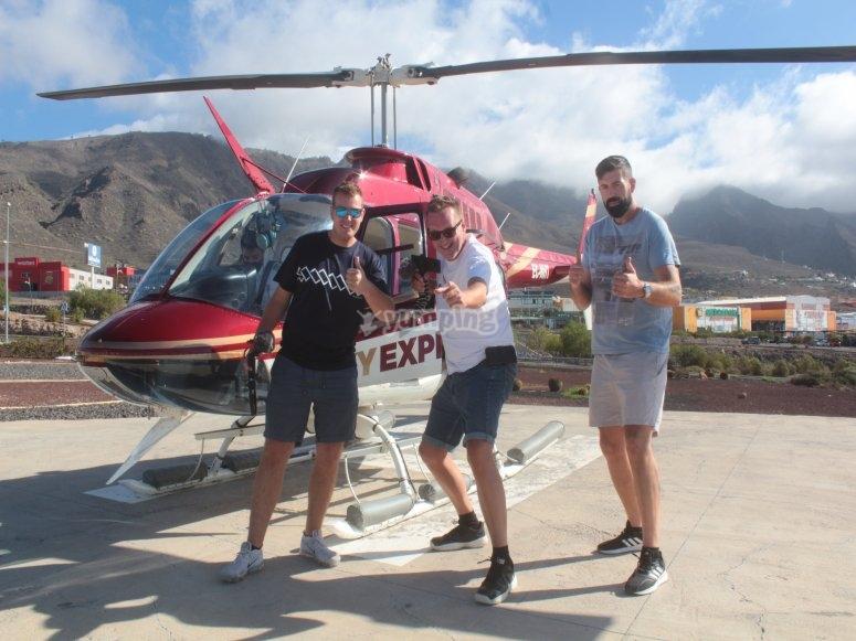 Amigos junto al helicóptero