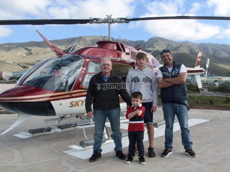 Junto al helicóptero en tierra